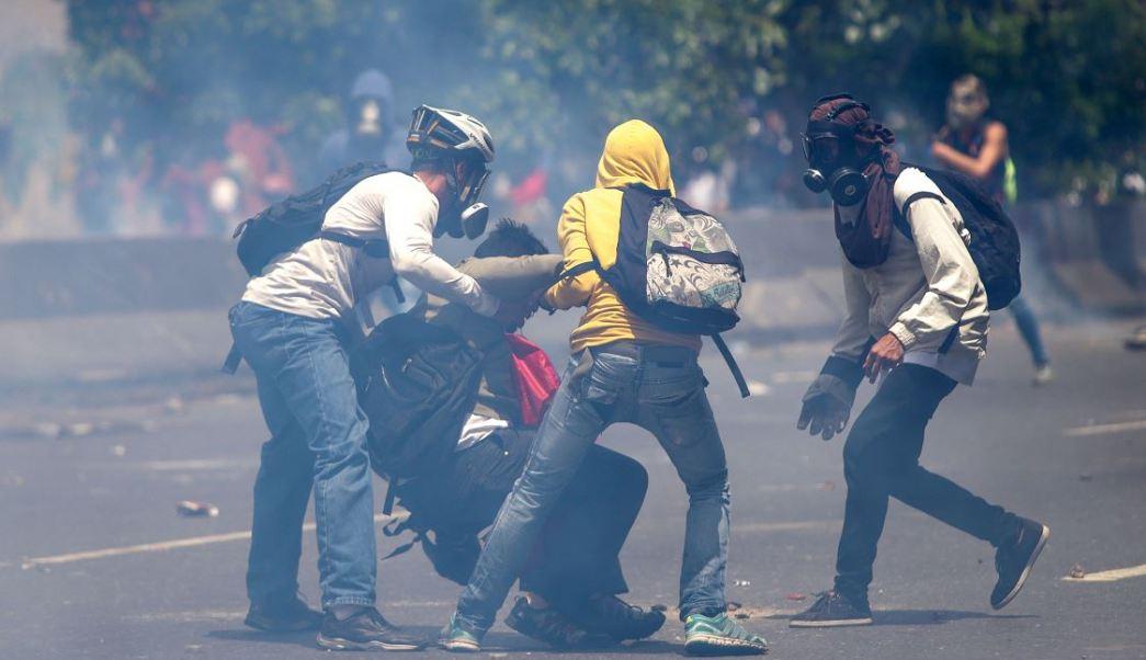 Un grupo de manifestantes se enfrenta con la policía durante una protesta en contra del Gobierno venezolano en Caracas, Venezuela. (EFE)