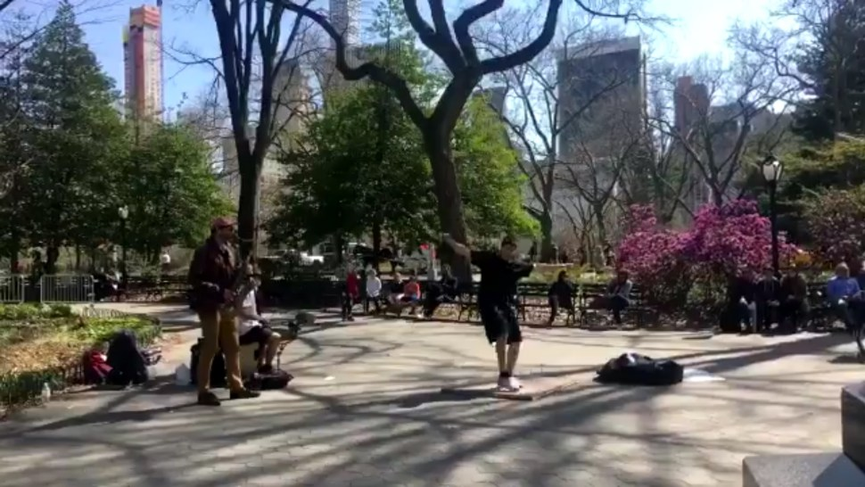 Joven baila en corredores del Central Park, en Nueva York (Twitter @baileemurphee)