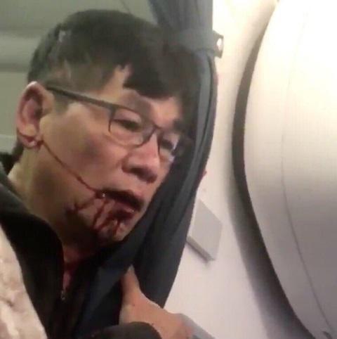 La expulsión forzada de un pasajero de una aerolínea de EU provoca un escándalo en redes sociales (Twitter @JoeWongComedy)