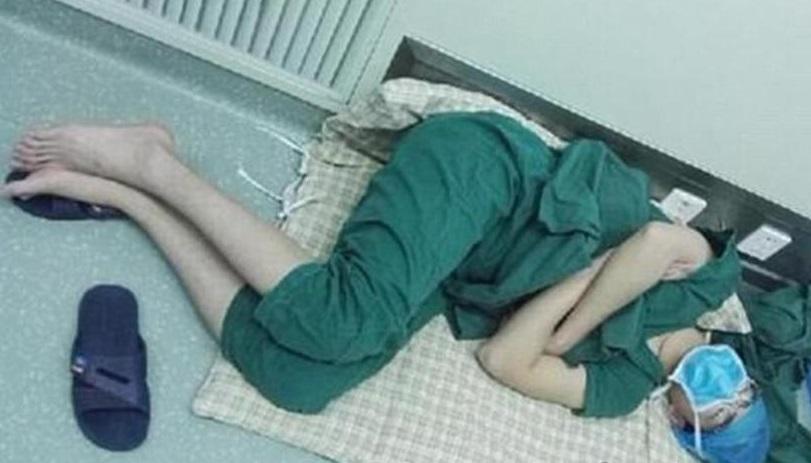 El médico chino Luo Heng se desplomó después de realizar cinco cirugías (Foto: dailymail.co.uk)