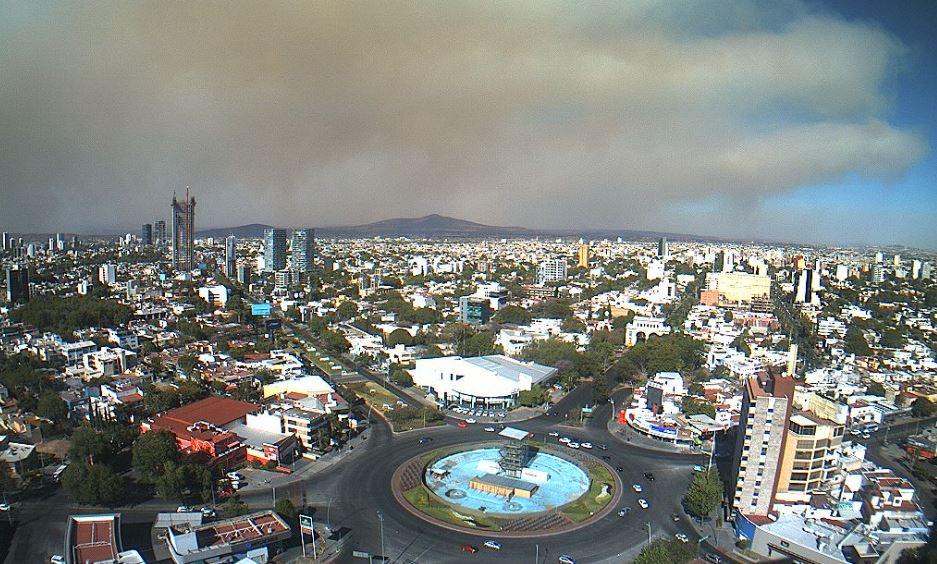 La cortina de humo se puede ver en algunas partes de Guadalajara (Twitter @webcamsdemexico)