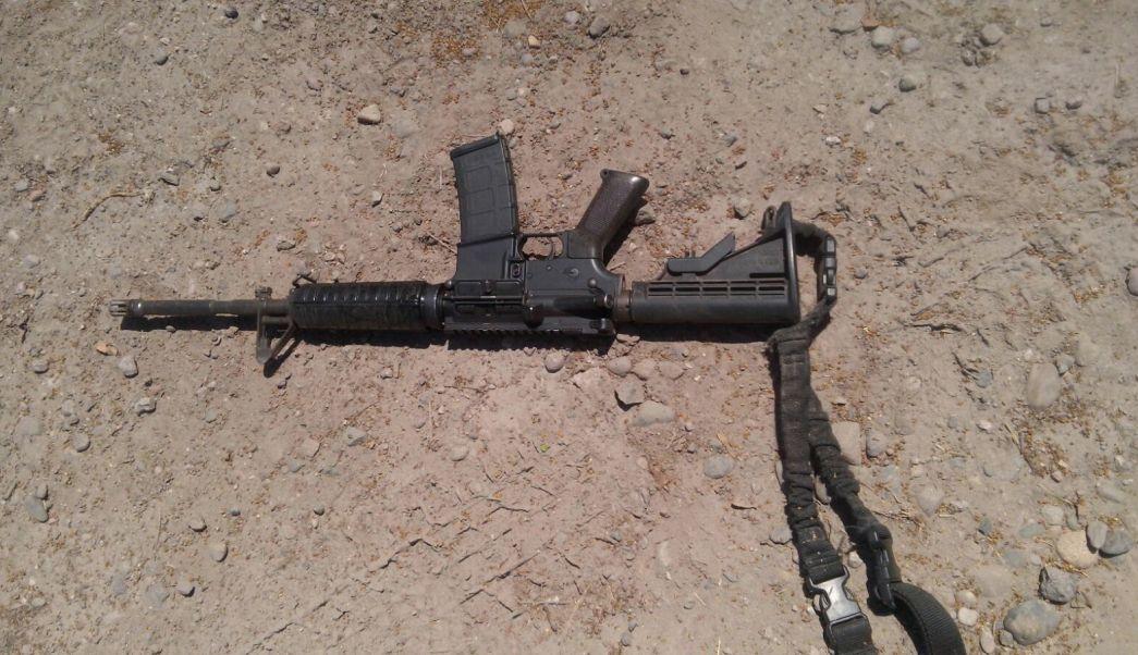 Arma decomisada tras la detención de tres presuntos agresores de policías de Novolato (Noticieros Televisa)