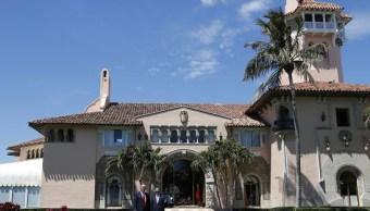 El presidente Donald Trump y el presidente chino Xi Jinping caminan juntos en Mar-a-Lago, en Palm Beach, Florida. (AP)