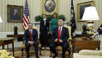 El presidente Donald Trump y la primera dama Melania Trump se encuentran con el rey Abdullah II de Jordania y su esposa la reina Rania en la Oficina Oval de la Casa Blanca en Washington. (AP)