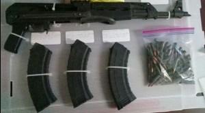 Alrededor de 410 kilos de marihuana y fusil AK-47 fue asegurado en Puerto Peñasco, Sonora. (Twitter @PespSonora)
