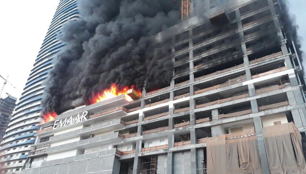 Un incendio se ve en una torre en construcción en el distrito central de Dubái, Emiratos Árabes Unidos (Reuters)