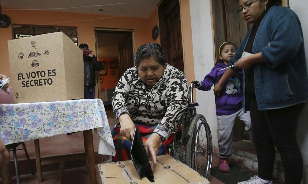 Margarita Guaman, que está discapacitada, deposita su voto para la segunda vuelta de las elecciones presidenciales en Quito, Ecuador (AP)