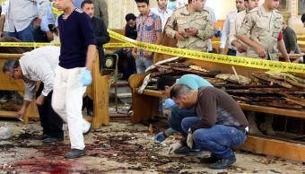 Personal de seguridad investiga la escena de una explosión en la iglesia de Mar Girgis en Tanta, al norte de El Cairo, Egipto. (EFE)