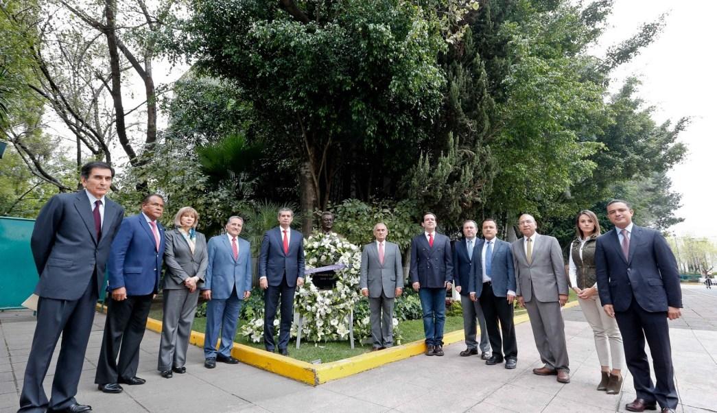 El presidente del Comité Ejecutivo Nacional del PRI, Enrique Ochoa Reza conmemora el XXII aniversario luctuoso de José Francisco Ruiz Massieu. (PRI, Archivo)