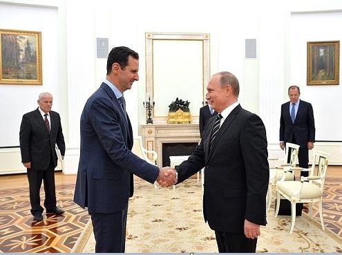 El presidente sirio, Bashar al Assad, saluda a su homólogo ruso, Vladimir Putin.