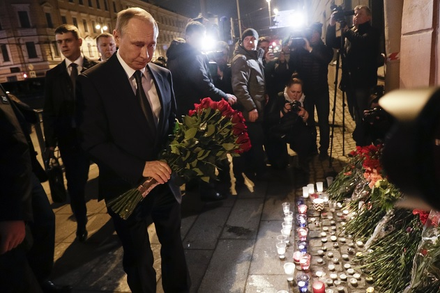 El presidente Vladimir Putin dejó un ramo de flores rojas delante de la entrada de la estación del Instituto Tecnológico.