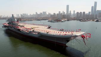 El segundo portaaviones lanzado por China, el primero de fabricación nacional, durante la ceremonia de botadura celebrada en Dailian. (EFE)
