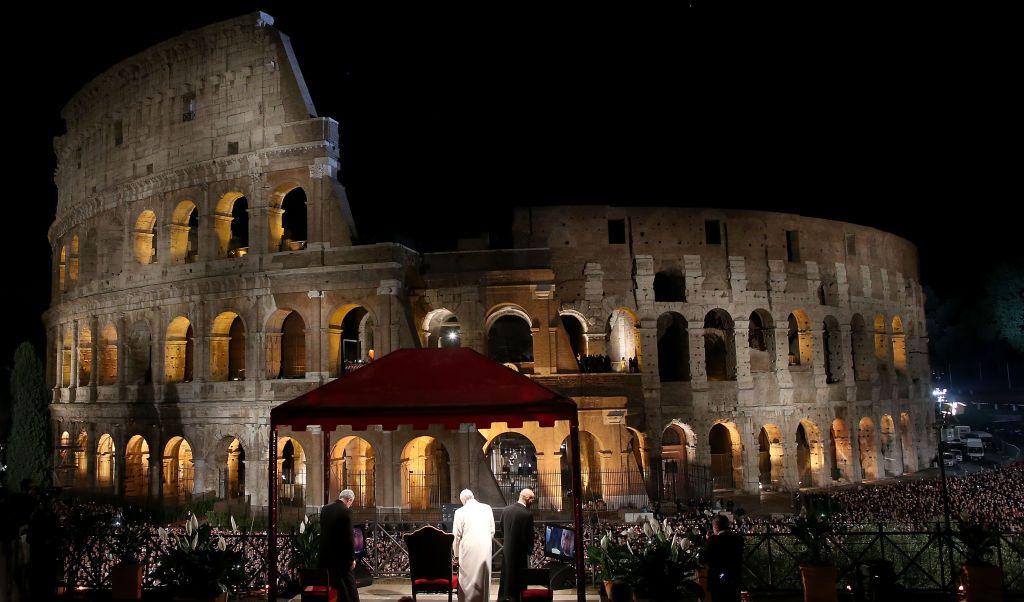 El Vía Crucis se celebró en el Coliseo romano ante unos 20 mil fieles.
