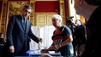 Francois Fillon, miembro del partido político republicano y candidato a la presidencia francesa, emite su voto en París, Francia (Reuters)