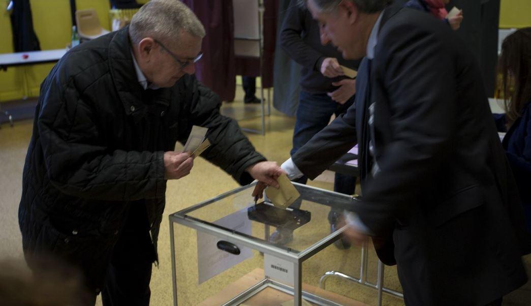 Un hombre deposita su voto en la primera vuelta de las presidenciales francesas. (AP)