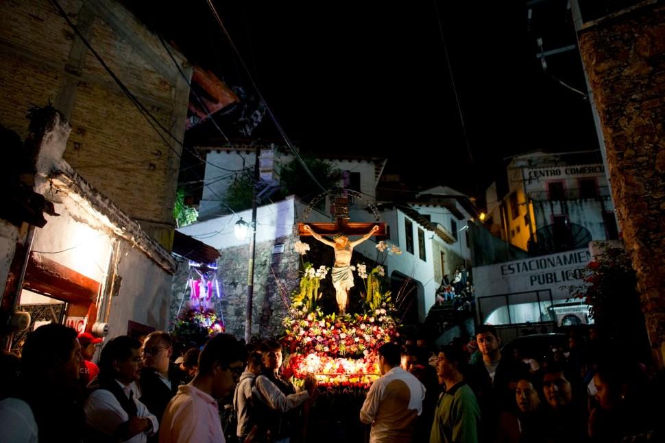 Encruzados acompañan la Procesión de los Cristos en Taxco. (AP)