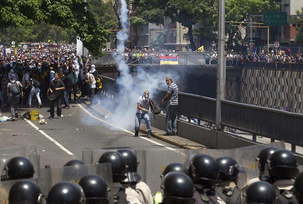 Elementos de la Policía Nacional Bolivariana de Venezuela se enfrentaron con miles de opositores al gobierno de Nicolás Maduro. (AP)