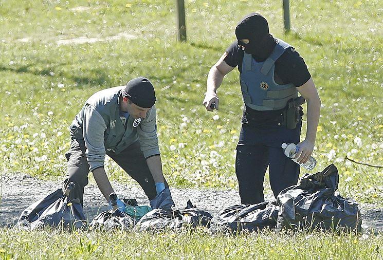 La policía francesa observa las armas encontradas en uno de los zulos cuya localización ha sido facilitada por ETA en la localidad de Saint Pee sur Nivelle, al sur de Francia hoy 8 de abril de 2017