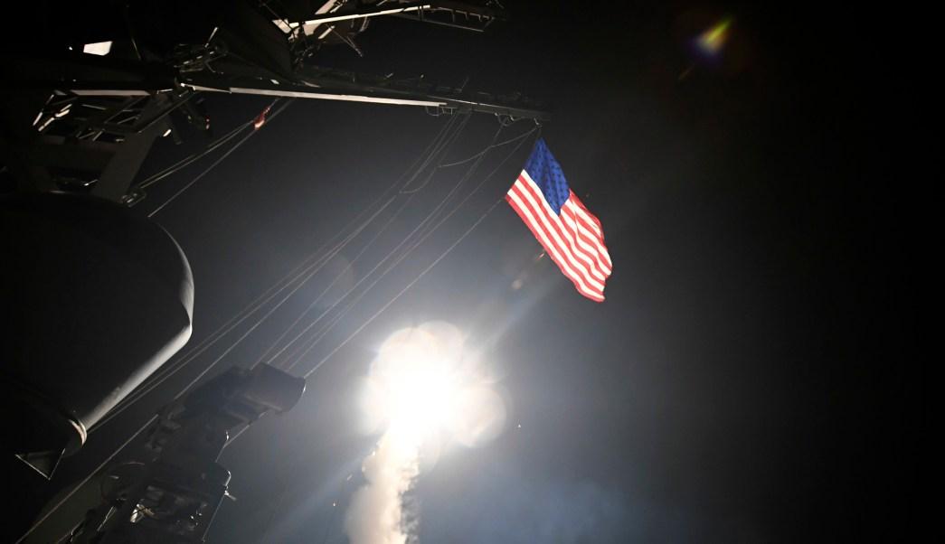 Estados Unidos lanza misiles tomahawk contra Sira.