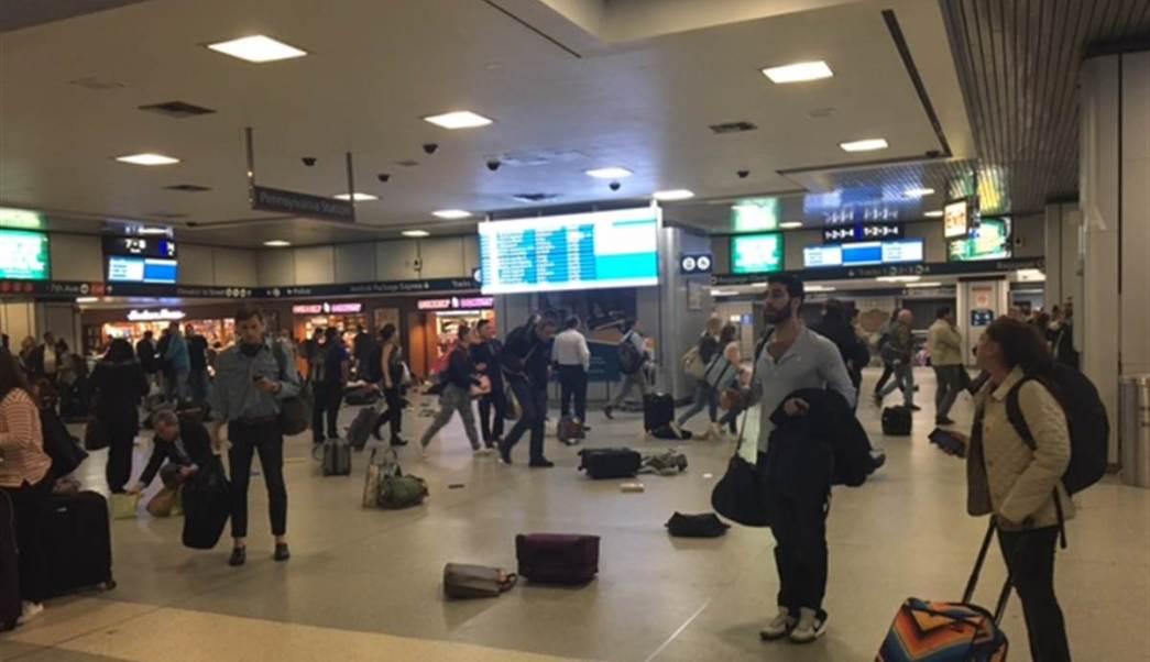 La gente gritó, corrió y dejó la estación llena de maletas abandonadas. (Twitter: @NBCNews)