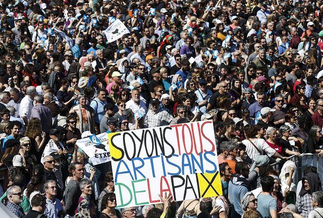 Concentración celebrada en Bayona, Francia, a la que han asistido delegaciones oficiales de EH Bildu y Podemos, dentro de la jornada de actos organizada en la ciudad francesa para respaldar la entrega de las armas de ETA. (EFE)
