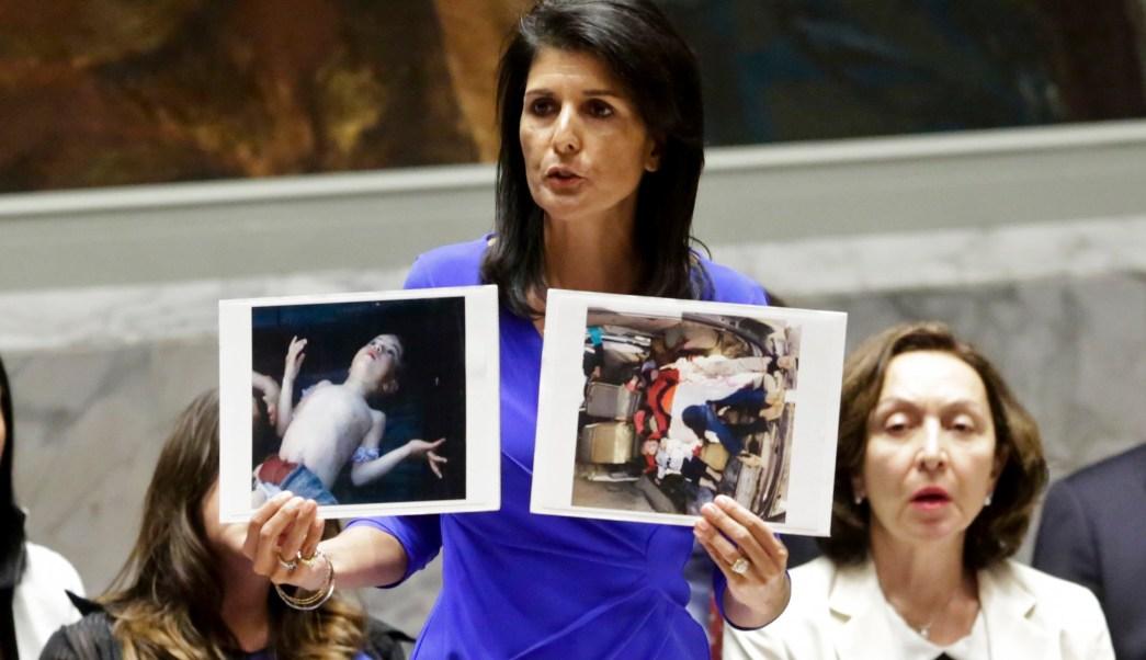La embajadora de Estados Unidos en la ONU, Nikki Haley, muestra fotos de víctimas sirias tras un ataque químico (AP)