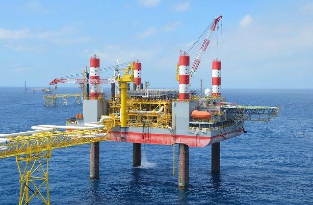 Pemex bajó tubería tres mil metros y una vez que topó con el lecho marino, perforó y bajó dos mil metros más para llegar a los huecos donde se encuentra aceite y gas, es decir, en total, Pemex trabajó a una profundidad de más de cinco mil metros. (Archivo)