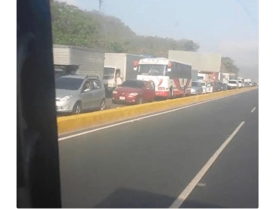 Imagen divulgada por Henrique Capriles que muestran la fila de autos provocada por el cierre de accesos a Caracas. (@hcapriles)