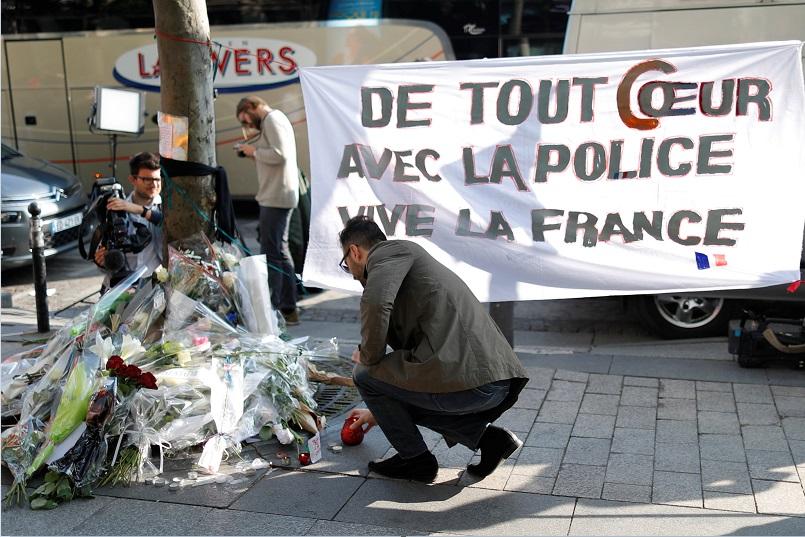 Franceses muestran su apoyo a la policía tras el atentado en la avenida Campos Elíseos (Reuters)