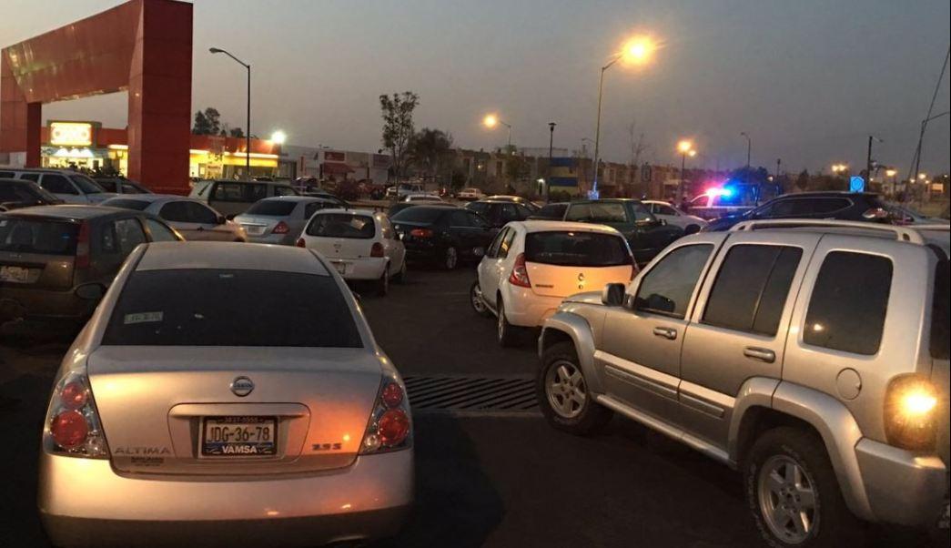 Un fuerte olor a gasolina, ocasionado por una fuga, provoca que cientos de habitantes de los Fraccionamientos Los Encinos y Villas Terranova, en Jalisco, sean desalojados. (Twitter@GobTlajomulco)