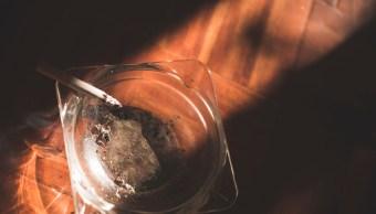 Fuego consume cigarrillo; instituciones de salud hacen un frente común contra las adicciones (Getty Images, archivo)