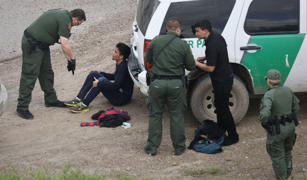 Funcionarios electos podrían enfrentar hasta un año de cárcel y perder sus trabajos si es que son hallados culpables de ayudar a inmigrantes.