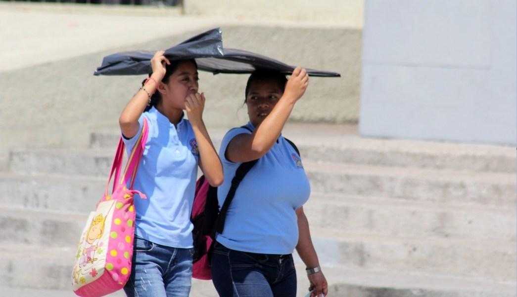 Personas se cubren del sol en México