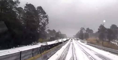 PF implementa operativo de vialidad por granizo del km., 42 al 44 de la Autopista México-Cuernavaca. (Twitter @PoliciaFedMx)