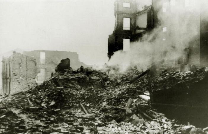 Una escena de devastación en Guernica tras un bombardeo aéreo de aviones en 1937 (Getty Images)