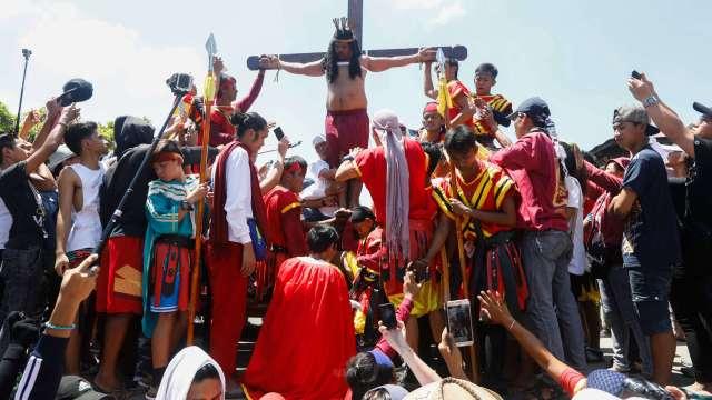 """Un penitente filipino es crucificado en público para recordar el sufrimiento de Cristo durante la celebración del Viernes Santo en Filipinas; más de diez devotos son crucificados hoy frente a miles de fieles en Pampanga, entre ellos el llamado """"Jesucristo de Pampanga"""", que se clava en la cruz por 31 año consecutivo (EFE)"""