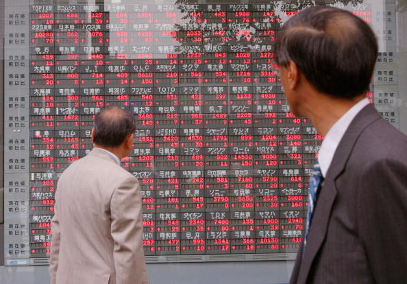 Pantalla que muestra los valores del índice Nikkei; la Bolsa de Japón registra avance (Getty Images, archivo)