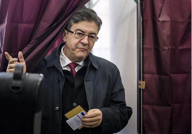 El izquierdista Jean-Luc Melenchon sale de la cabina de votación tras votar en la primera ronda de las elecciones presidenciales francesas en París, Francia. (EFE)