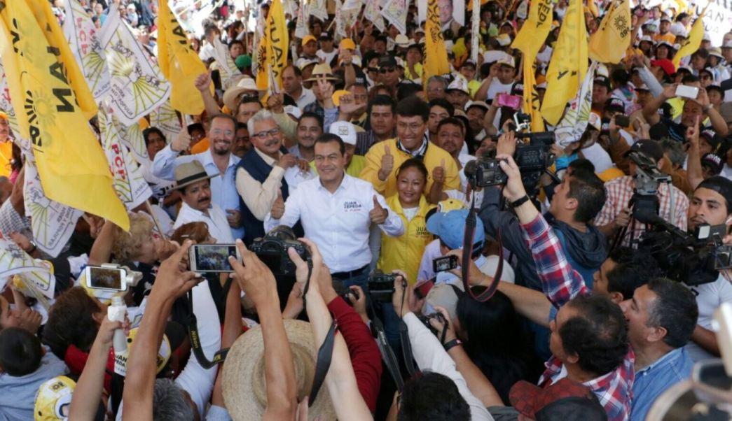 Juan Zepeda, candidato el PRD al gobierno del Edomex, se reunió con simpatizantes en el Jardín Municipal Constitución en Texcoco (Twitter@JuanZepeda_)