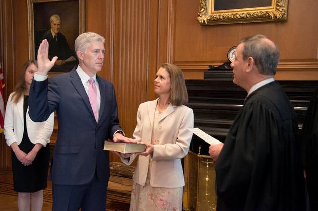 El juramento constitucional del juez Neil Gorsuch durante una ceremonia privada en el Tribunal Supremo en Washington, EU (Reuters)