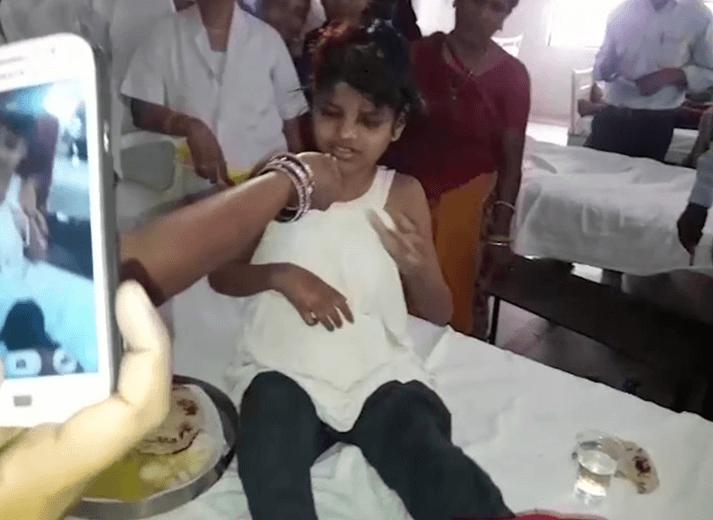 La niña hallada junto con monos en la India recibe atención médica. (AP)