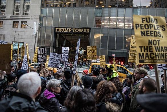 La policía de Nueva York arrestó a los manifestantes después que se negaron a salir del vestíbulo de la Trump Tower.