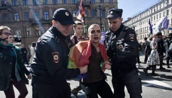 La policía rusa detiene a un activista gay durante una manifestación en San Petersburgo en mayo de 2016.