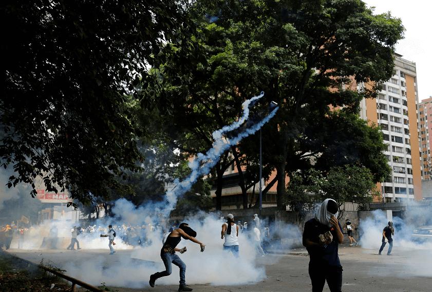 Lanzan gases lacrimógenos contra marcha opositora en Caracas, Venezuela. (Reuters)