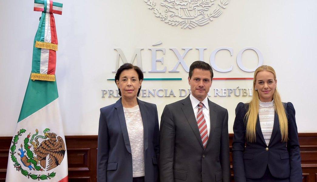 Enrique Peña Nieto, con Llilián Tintori y la subsecretaria para América Latina y el Caribe de la Cancillería, Socorro Flores Liera. (Twitter: @EPN)