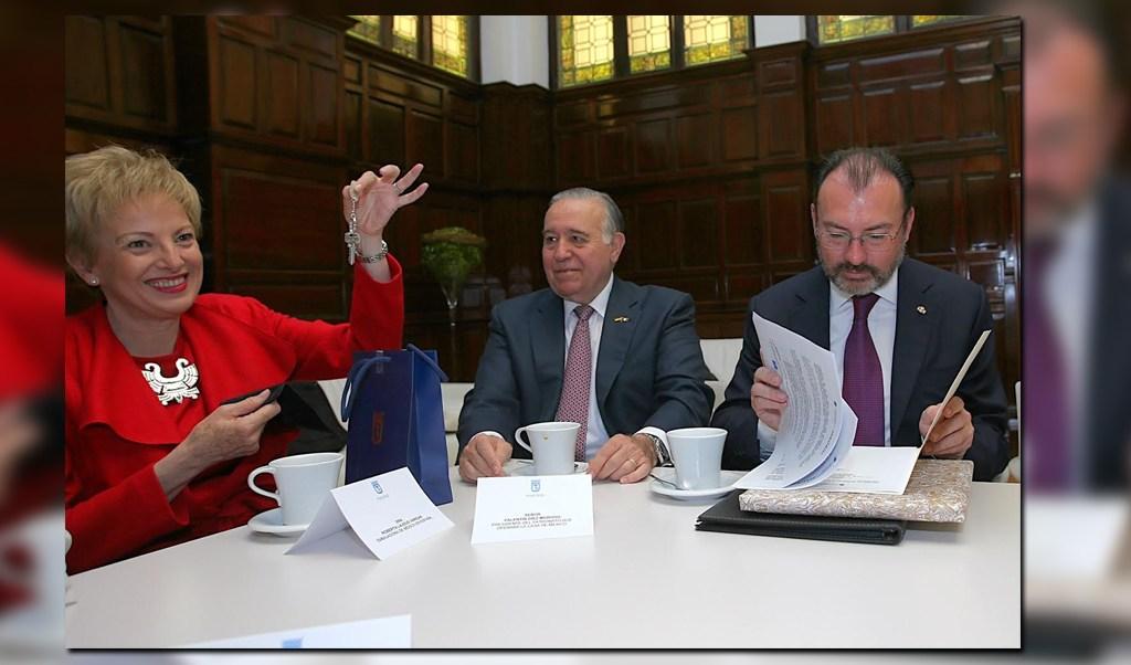 Luis Videgaray recibe en Madrid las llaves de la que será la Casa de México en España. (SRE)
