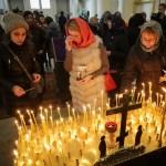 Parientes de las víctimas del ataque del metro en San Petersburgo asisten a un servicio conmemorativo en la Catedral de la Trinidad (Reuters)