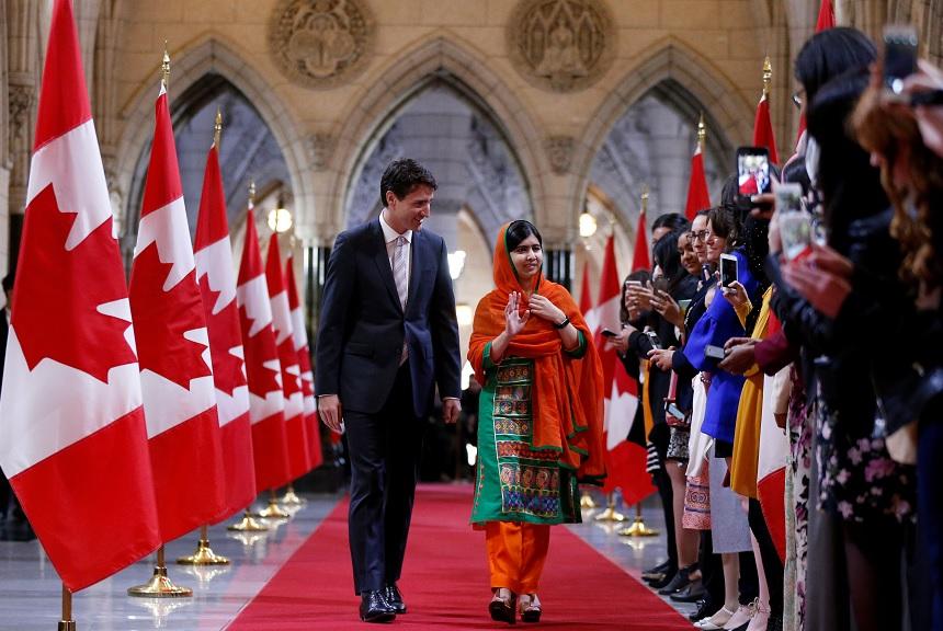 El primer ministro de Canadá Justin Trudeau camina con la ganadora del Premio Nobel de Paz Malala Yousafzai (Reuters)