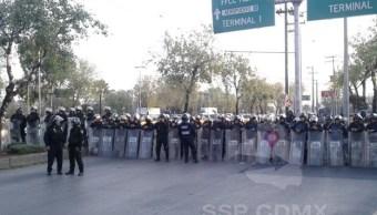 Manifestantes protestan sobre Circuito Interior Boulevard Puerto Aéreo con dirección al aeropuerto capitalina. (Twitter/@OVIALCDMX)