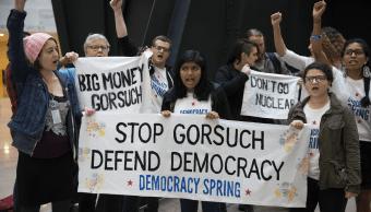 Manifestantes protestan contra la nominación de Neil Gorsuch como magistrado del Supremo. (EFE)